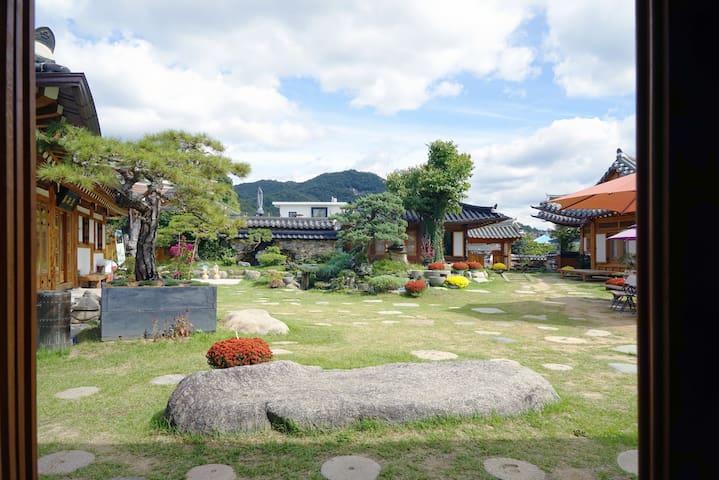 복(福), 한옥마을 정원이 최고로아름다운집 이오당 복방입니다~~