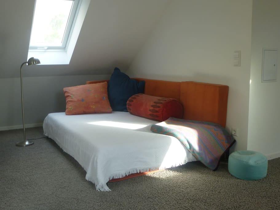 großzügiges und angenehm weiches Bett (1,40 x 2,00 m)