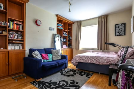 Hi! I have a big double room available in a shared apartment. It's only available when I'm on holiday, as I live there. It's in Hendon/Golders Green on the Northern line, 15 mins journey to Camden and 25 mins to central London. Girls only please :)
