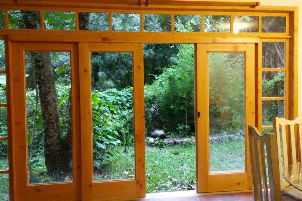 Puerta que da a jardín de atrás de la casa