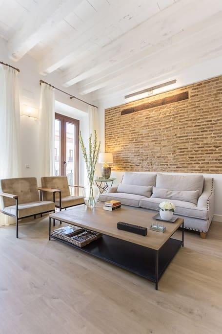 View of the living room with its beams - vista en vertical del salón