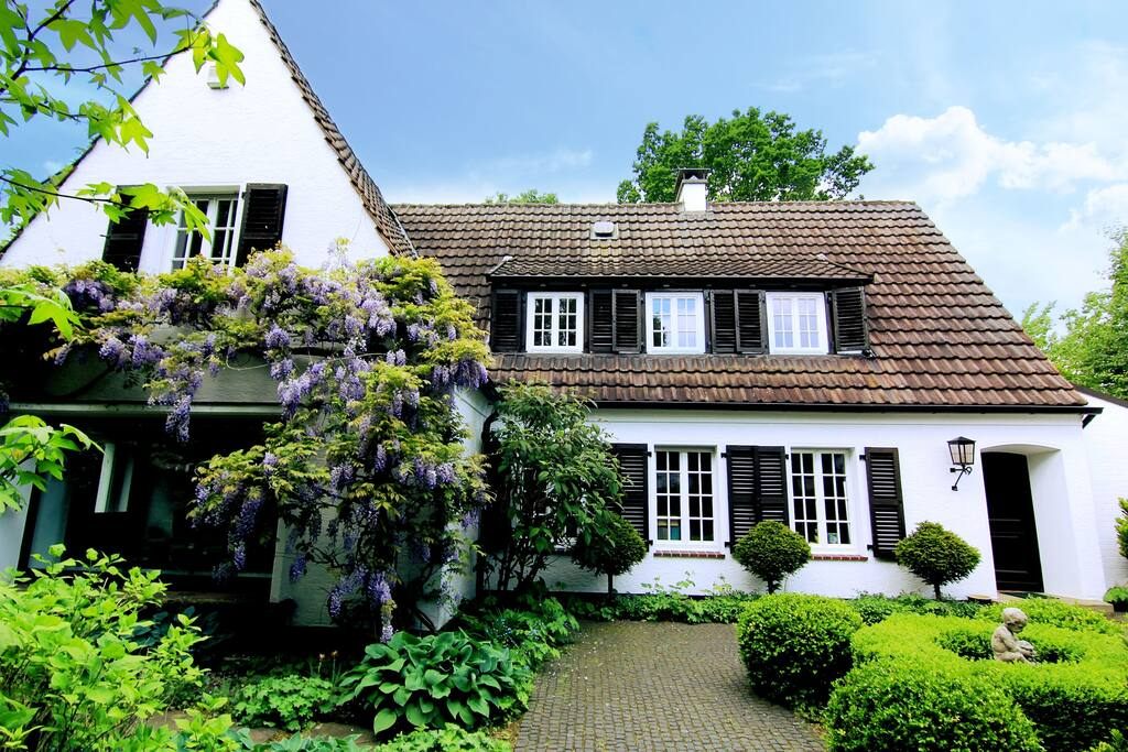 Villa & Vordergarten / Villa & Front Garden
