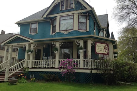 Aunt T's B&B - Mountain Room - Neenah