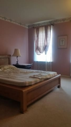 Fullsize bed with parking - North Wales - House
