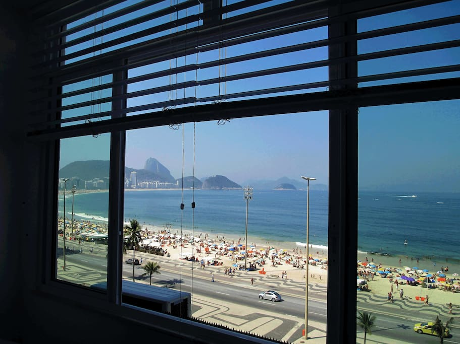vue spectaculaire de la plage de copacabana appartements louer rio de janeiro rio de. Black Bedroom Furniture Sets. Home Design Ideas