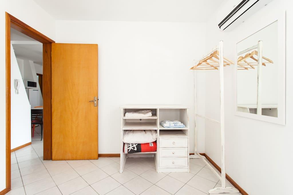 Quarto de casal, a foto não está atualizada, pois agora tem armários com gavetas e prateleiras