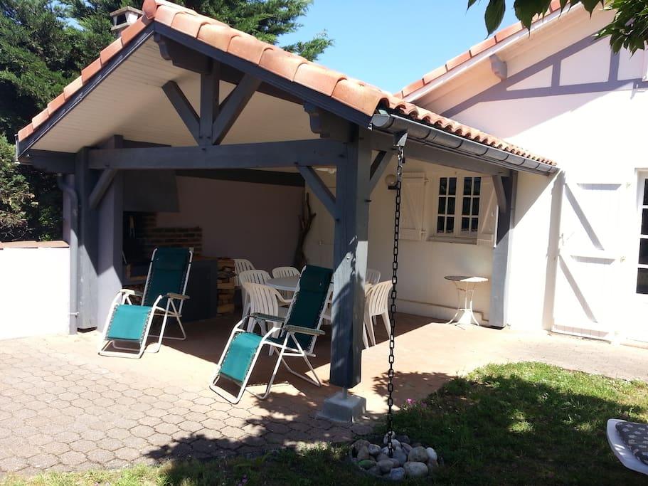 Salon et salle à manger  d'été avec barbecue intégré