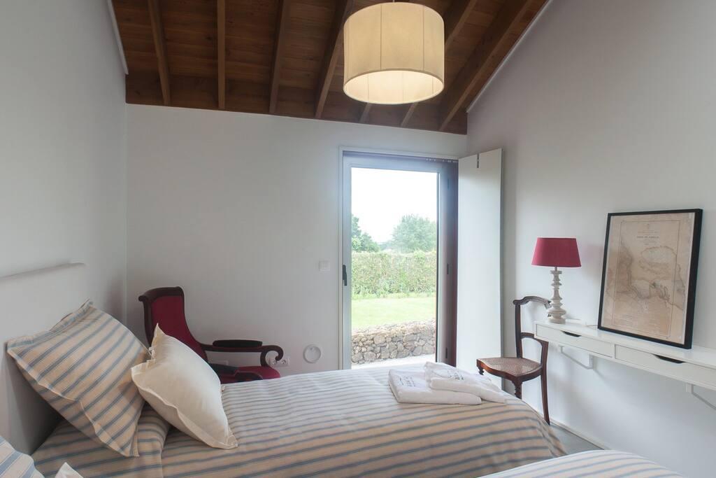 Nova perspectiva do quarto com camas individuais