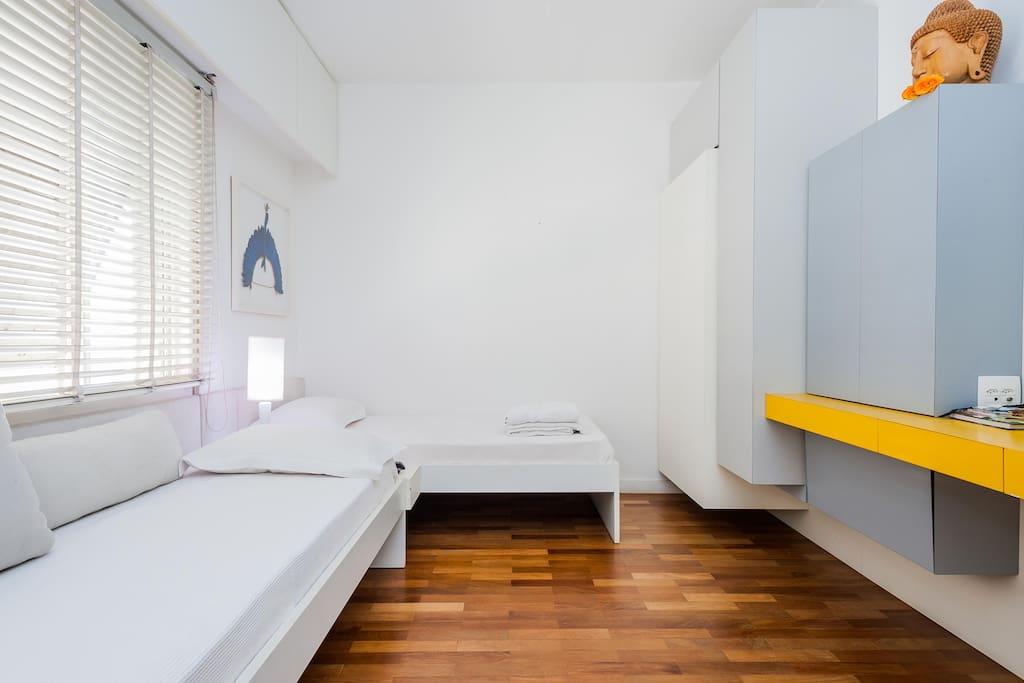 quarto amplo e iluminado com acesso privado ao banheiro