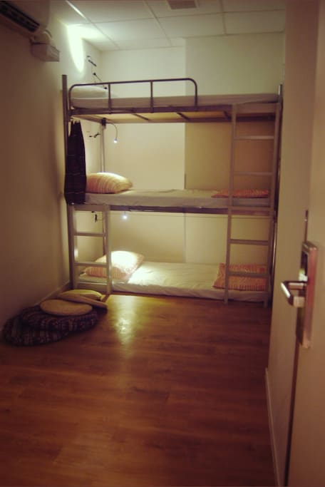 Spacious 3- bed dorm @ 90 Square feet 九十平方米的三人房, 空間感