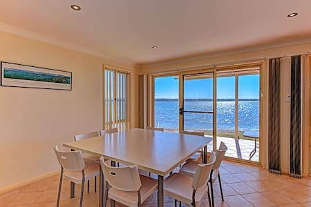Luxury Waterfront House - Mannering Park