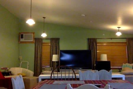 Couch Lavish Filipino Living Room! - Cedar Grove - บ้าน