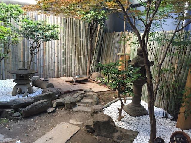 伝統的なお庭のある日本家屋でくつろげる時間を