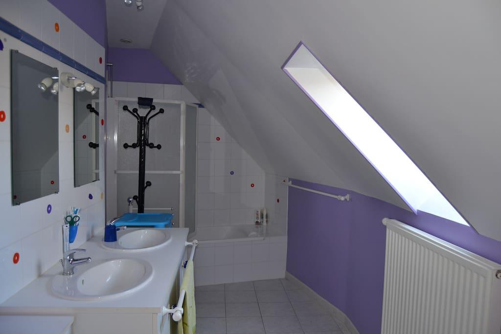 Salle  de  bains et toilettes privative  s à côté de la chambre à l'étage. Linge de toilette fourni