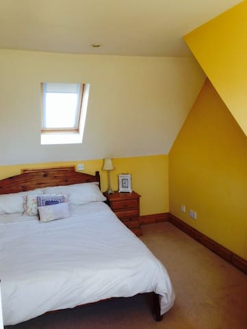 Light airy double room with TV. - Abingdon - Casa