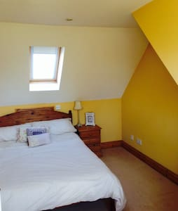 Light airy double room with TV. - Talo