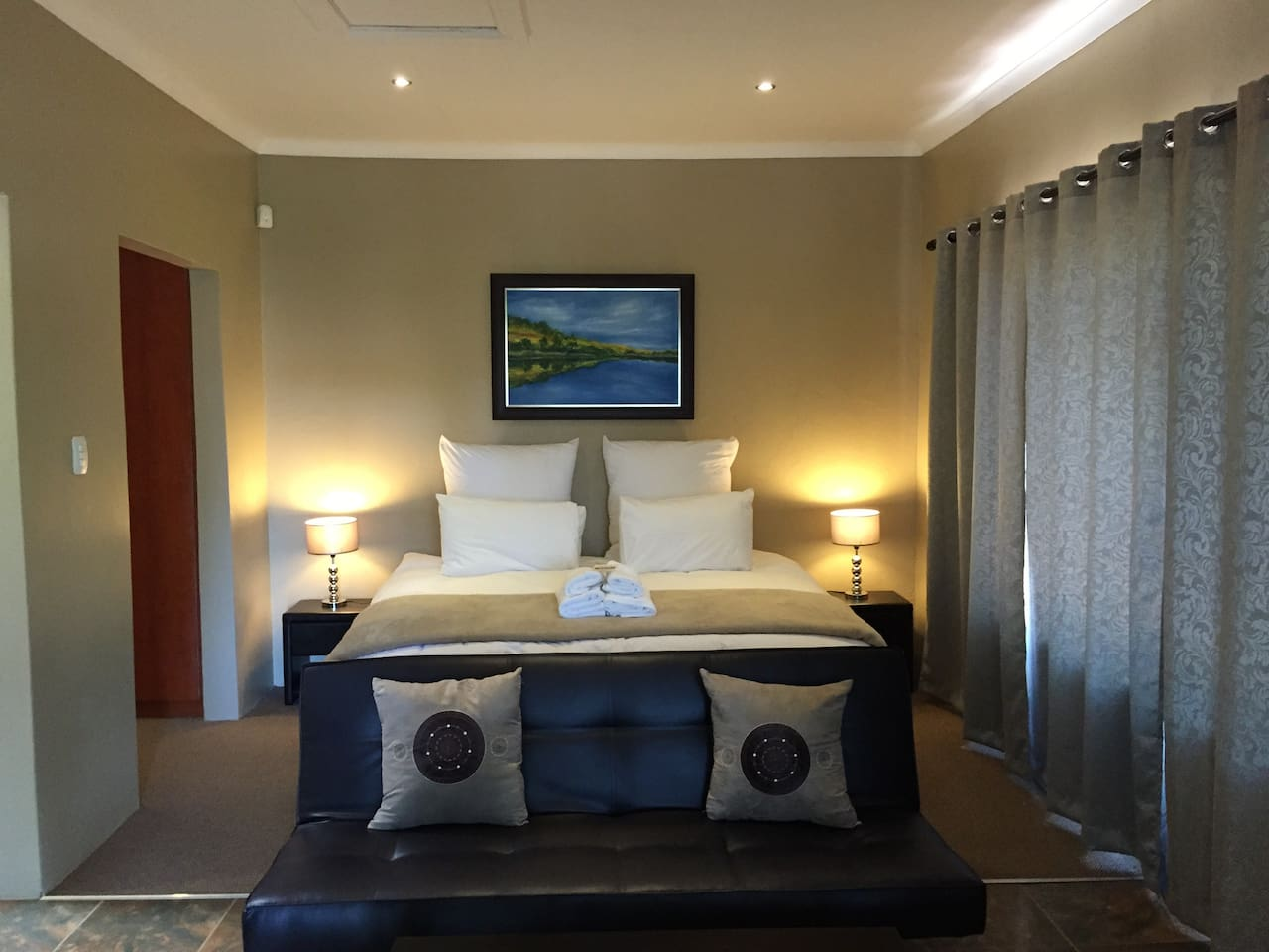 King bed (or twin), en-suite bathroom, fireplace/braai, kitchenette, seating, dining.