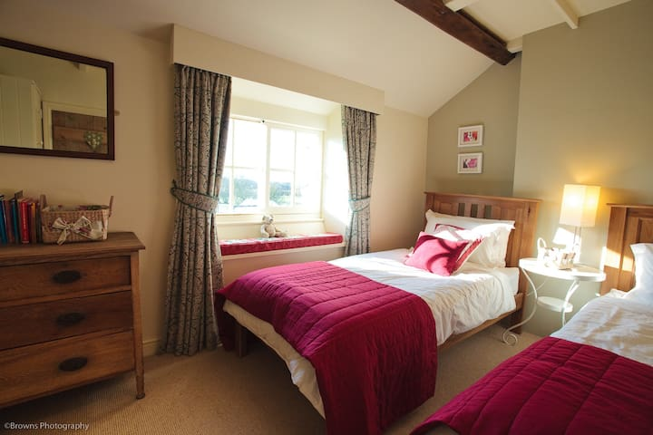 The twin room with window seat, for views over the countryside.