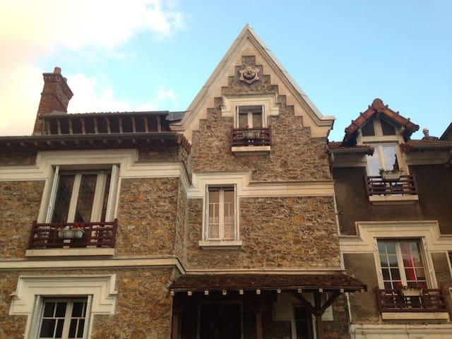 maison en meulière construite en 1880. The house, built in 1880