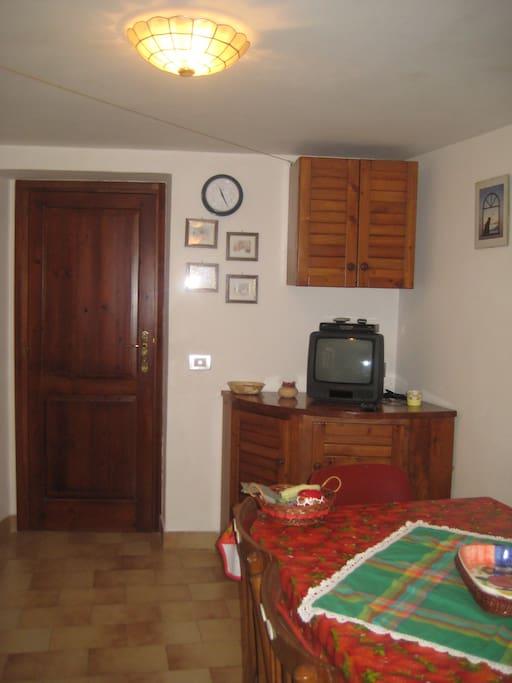 Soggiorno: particolare soggiorno e porta di ingresso