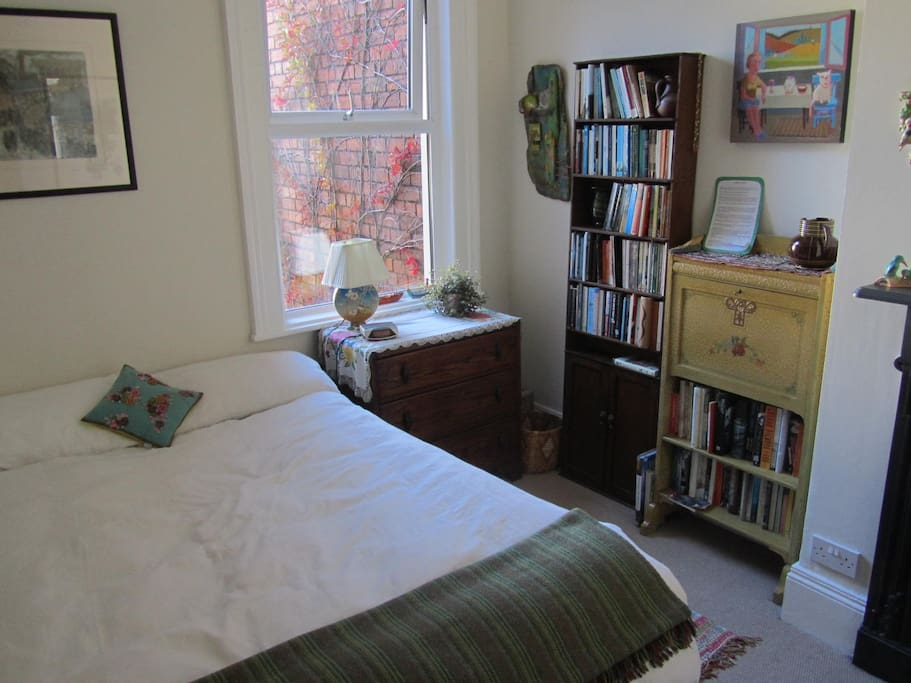 Guest room with double bed, fold-down desk, Wifi.
