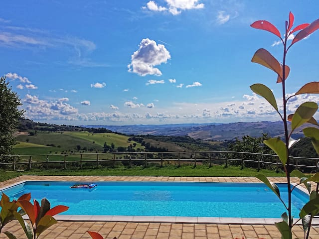 Stay in a farmhouse BIO overlooking the valley - San Severino Marche - Bed & Breakfast