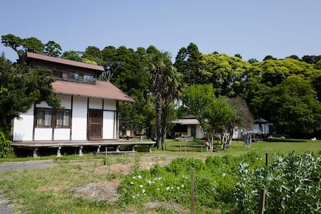Brown's Field Earthen wall Cottage