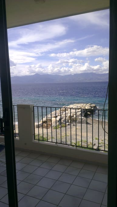 Vista panoramica dal balcone dell'appartamento con la Sicillia di fronte