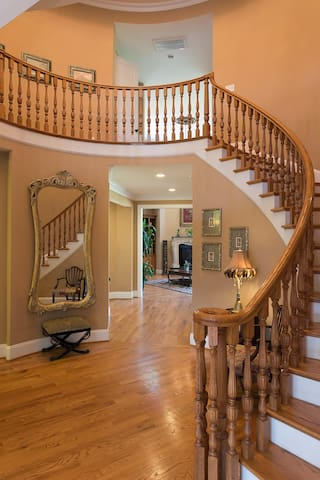 With solid oak threads and balusters designed from Spain in this rotunda, you can't help but feel good about being here.