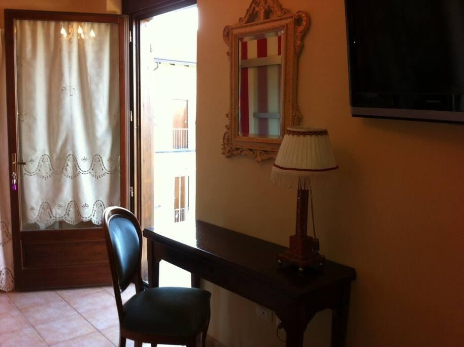 L'ingresso del mini appartamento con una consolle antica. La porta finestra è dotata di vetri antisfondamento.