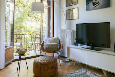 The studio is calm and welcoming, with modern decor and a large balcony overlooking the beautiful Parc la Grange. It's located just blocks away from the lake in Eaux Vives, one of the safest and best neighborhoods in Geneva.