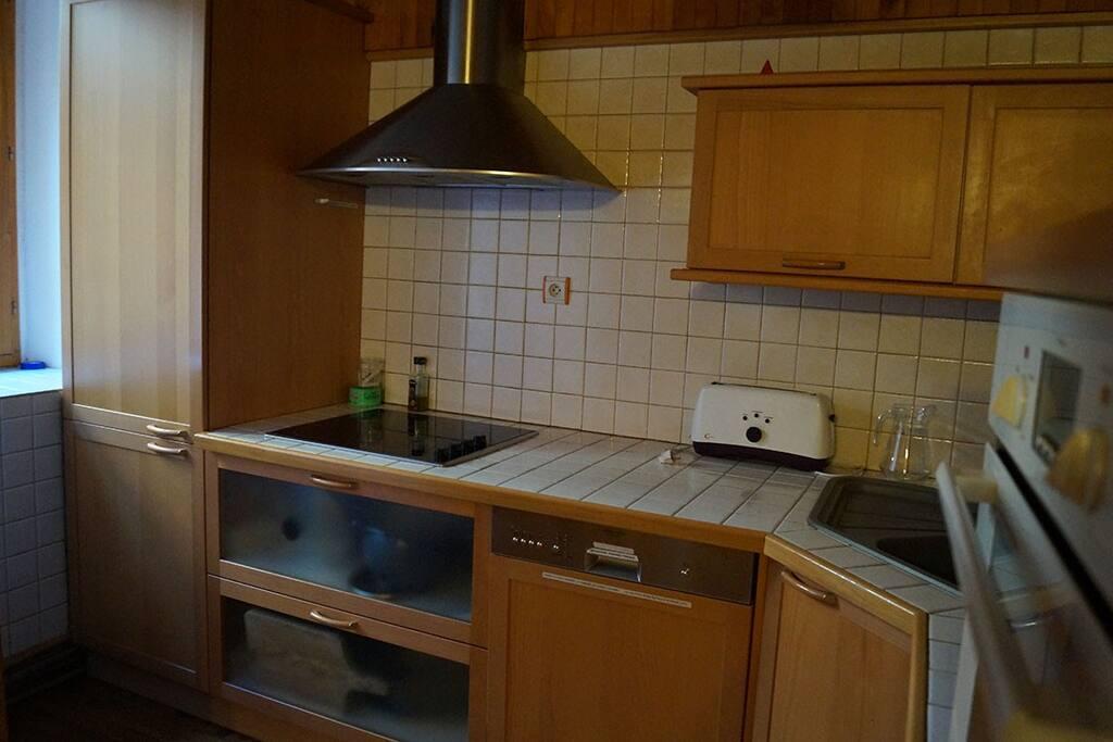 Cuisine toute équipée avec grand frigo et lave vaisselle