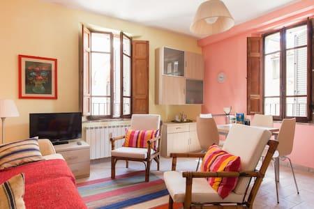 Medieval village, 2nd floor apt. - Compignano - Apartment