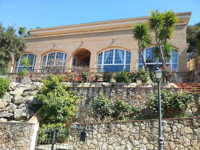 "Beautiful House in Urb. ""Les Teules"" ((PHONE NUMBER HIDDEN)) - Santa Cristina d'Aro - Hus"