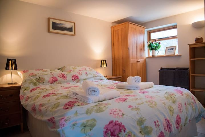 Double OR twin bedroom can convert into either.