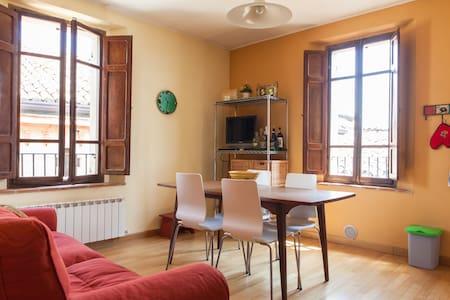 Medieval village, 3rd floor apt. - Compignano - Apartment