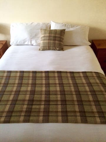 Number 19 Guesthouse - Room 4 - Dalton-in-Furness - Bed & Breakfast