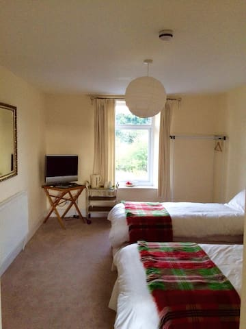 Number 19 Guesthouse - Room 3 - Dalton-in-Furness - Bed & Breakfast