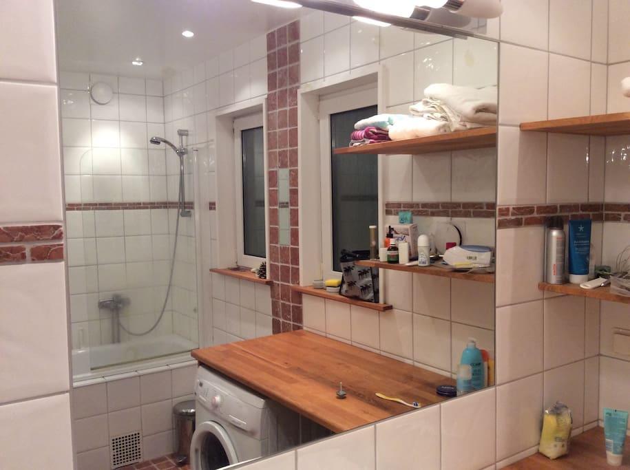 Stort och fräscht badrum med badkar.