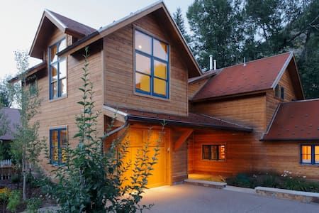 Mountain Cabin on River w Hot Tub - Minturn
