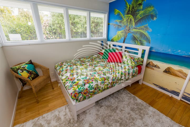 Fresh tropical  themed room, super comfy new Queen bed.