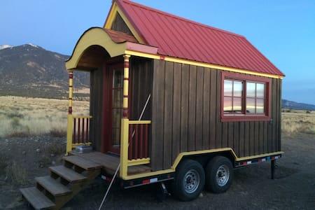 """B"" Hive Tiny House::Coming soon!! - Poncha Springs - 平房"