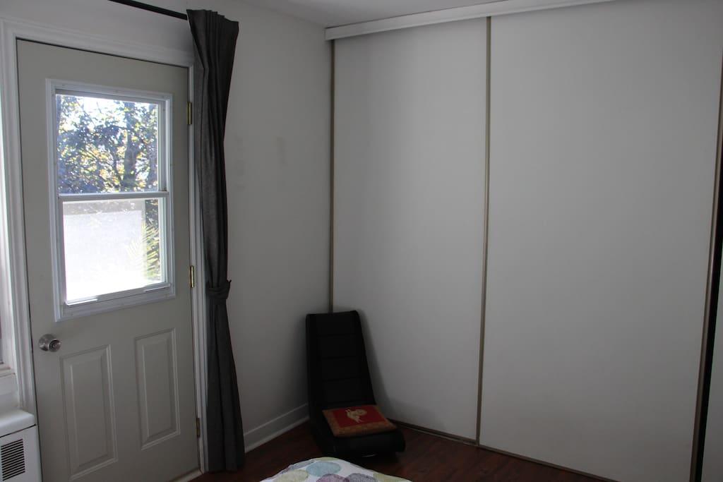 Superbe chambre avec balcon appartements louer laval for Chambre a louer a laval