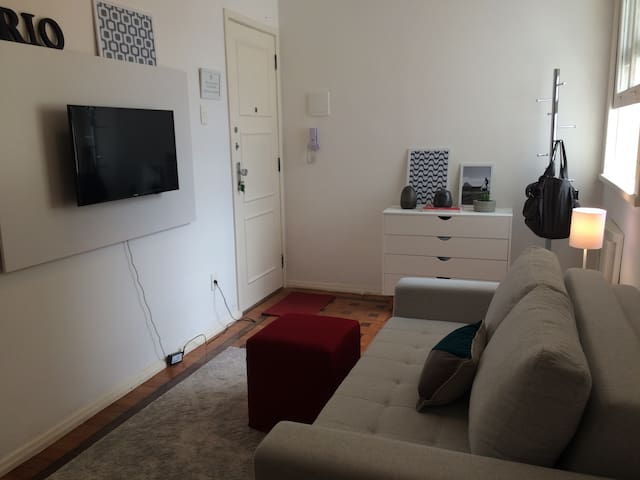 Leblon small apartment  Two blocks from the beach