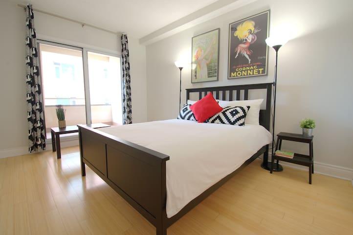 Room Retro w/ Private Bath - Downtown Central