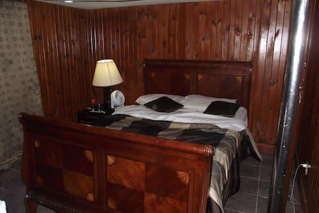 Comfy & Exquisite Bedroom - Hyattsville