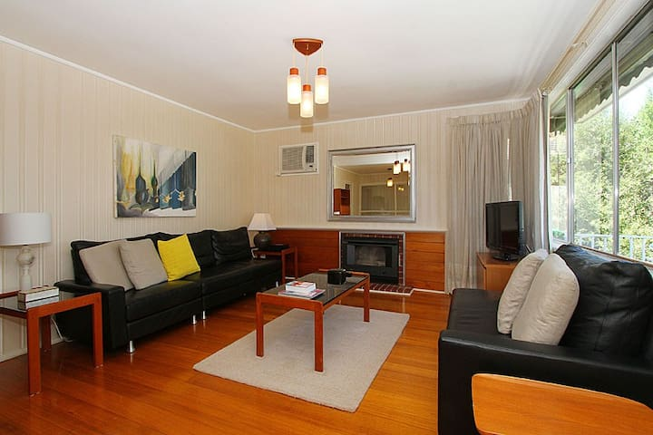 Charming Mid 20th Century Home - Bundoora - Maison