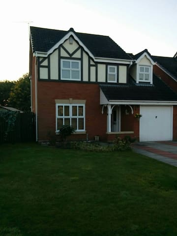 Chester/Cheshire Oaks/Chester Zoo - Ellesmere Port - House