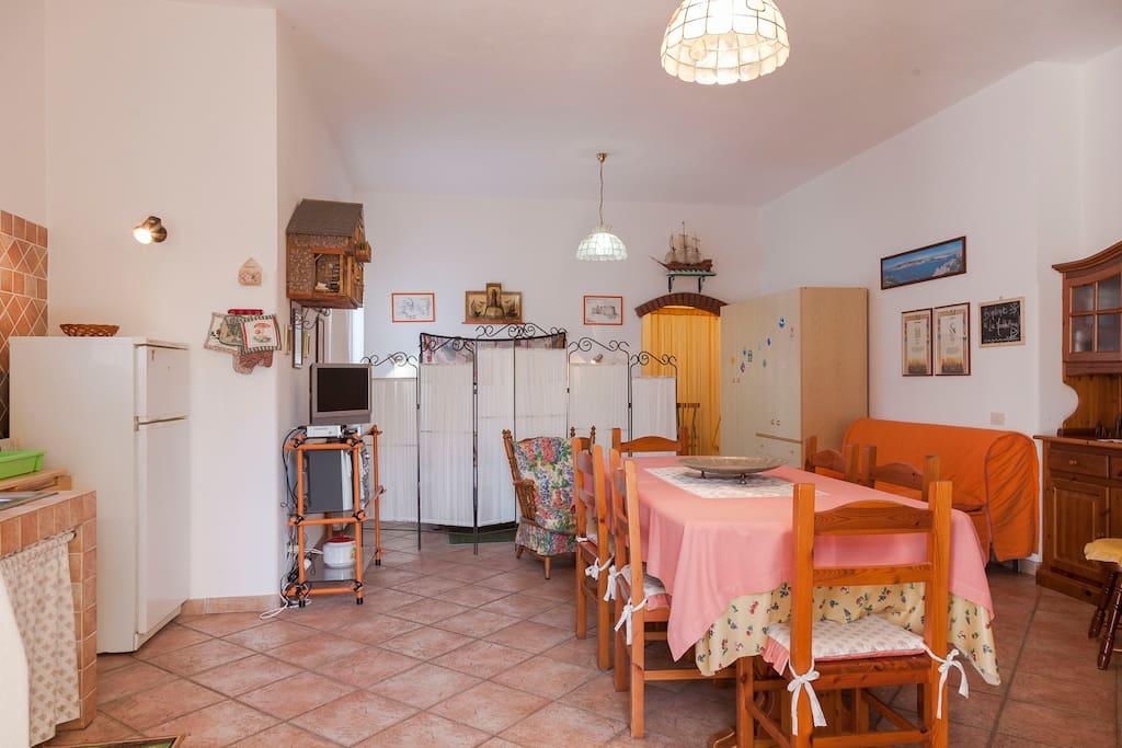 La tavernetta è un unico grande ambiente (servizi igienici a parte), dotato di ogni comfort.