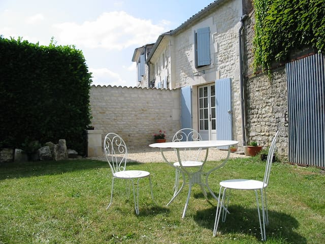 Charming garden gite near Saintes - Villars en Pons - Apartment